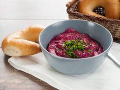A cékláról legtöbbeknek az ecetes, édeskés céklasaláta ugrik be, pedig a cékla sokoldalúan felhasználható, akár húsvétkor is. Készíthetünk belőle kencét, amely üde színfoltja lesz az ünnepi asztalnak. Feta