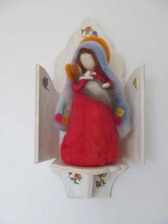 Nossa Senhora feltrada em agulhas, feita pela artesã Vovó Lupo, especialista em brinquedos inspirados na Pedagogia Waldorf. O oratório está incluso.