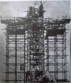 Estátua do Cristo Redentor, no Rio de Janeiro, sendo erguida, na década de 1920.