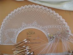 ampliar Bobbin Lacemaking, Crochet Cape, Bobbin Lace Patterns, Lace Making, Ribbon Embroidery, Weaving, Diy Crafts, Knitting, Creative