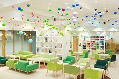 다양한 칼라가 돋보이는 건축 디자인 | 일본 후쿠오카의 어느 주택가에 유치원이 새롭게 문을 열었습니다. 'Creche Ropponmatsu'라는 이름의 이 유치원은 외관부터 눈길을 끕니다. 현대식 빌딩과 일본식 주택 사이에 자리 잡은 유치원은 색색의 나뭇가지들이 건물을 치장한 모습입니다. 이 유치원은 Emmanuelle Moureaux 건축디자인 회사의 작품입니다. 유치원의 실내외는 물론 로고와