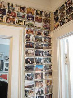As fotos foram coladas com dupla face e tomaram a parede inteira