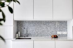 〚 Classic decor, retro furniture and minimalist character: apartment in Paris 〛 ◾ Photos ◾Ideas◾ Design Paris Home, Parisian Apartment, French Interior, Interior Design, Retro Home Decor, Retro Furniture, Beautiful Interiors, Kitchen Cabinets, New Homes
