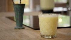 Läskande lemonad som görs av hela citroner. Ljuvligt god att avnjutas en varm sommardag. Receptet ger cirka 2½ liter lemonad. Gordon Ramsay, Bees Knees, Glass Of Milk, Smoothies, Beverages, Cocktails, My Favorite Things, Food, Lemon