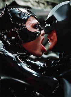Mulher Gato dando um ' Banho ' no Batman