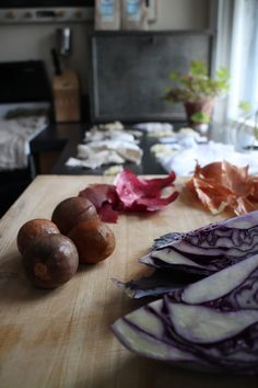 So here you have it, an amazing guide by twins Jess & Sarah where they  share how to use kitchen scraps for dyeing natural fibers.Cannot wait to  experiment with yellow onions for some Easter decorations!   HI! JESS AND SARAH HERE!To live simply is to be creative with what we  already have, and to live ethically is to create beauty - not destruction-  out of those endeavors. Welcome to the world of Natural Dye.  Okay, so there is actually a LOT of science behind natural dyes. Master…