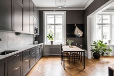 41 Modern Dark Grey Kitchen Design Ideas Life was so simple when the most desirable kitchen was a sleek white room with stainless steel appliances and colour […] Kitchen Cabinetry, Kitchen Flooring, Kitchen Furniture, Kitchen Decor, Kitchen Ideas, Kitchen Layout, Kitchen Dining, Outdoor Furniture, High End Kitchens
