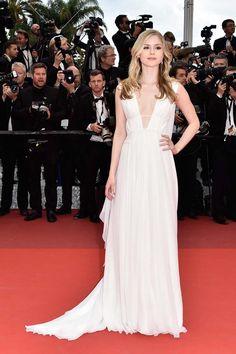 erin-moriarty-cannes-2016-red-carpet-white-dress-vestido-branco-decotado-soltinho-longo