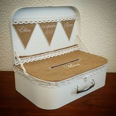 Piggy bank for rural wedding: the suitcase covered with burlap. - Piggy bank for rural wedding: the suitcase covered with burlap. Card Box Wedding, Wishing Well, Paper Gifts, Baby Birthday, Piggy Bank, Burlap, Wedding Planning, Wedding Decorations, Decorative Boxes