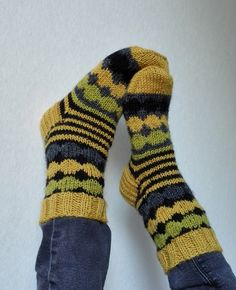 Nyt kyllä taas hävettää, kun blogi ei ole päivittynyt. Johtuu ihan siitä että eipä mitään ole tullut valmiiksikaan ellei yksiä Marisukkia la... Warm Socks, Cool Socks, Sexy Socks, Knitting Socks, Baby Knitting, Knit Socks, Marimekko Fabric, Little Cotton Rabbits, Yarn Ball