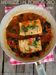 Fish fillets with sauce and black olives - Merluzzo in padella con pomodoro e olive nere