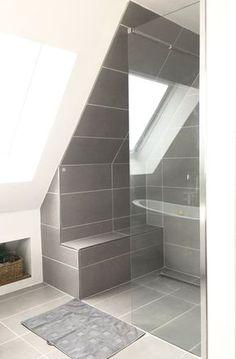 Ich bekam so viele Anfragen wie wir denn die Dusche in die Schräge gepackt haben und jetzt nach all der Zeit haben wir den hässlichen Duschvorhang endlich vernichten können und haben endlich eine Glasduschabtrennung!! Juhuu. Wussten lange nicht wie wir es lösen sollen. So ist es nun perfekt!