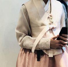 안녕하세요 청담 이승현한복입니다. 오늘은 흔하지 않은 예쁜 신부한복 컬렉션을 소개하려고합니다. 흔하지...