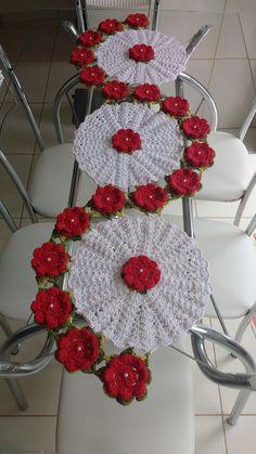 FEITO COM BARBANTES DE ALTA QUALIDADE Crochet Bedspread Pattern, Crochet Doily Patterns, Crochet Pillow, Thread Crochet, Crochet Motif, Crochet Doilies, Crochet Flowers, Crochet Stitches, Crochet Table Runner