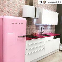 Nyt jos koskaan on aika päivittää keittiö pirteämmäksi pimenevien iltojen vastapainoksi! Lisää ihania ideoita löydät TaloTalon Domuksen keittiönäyttelystä, piipahda inspiroitumaan vaikka heti 😊 #keittiöelämää #keittiöunelmia #smeg #domuskeittiö #domuskeittiöt #keittiö #keittiösuunnittelu #keittiöremppa #nytjoskoskaan #sinunkeittiö #rakentaminen #remontointi #remontoiminen #sisustus #inspiration #decor #pink #talotalo @talotalovantaa