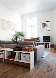 étagères bibliothèques, une étagère basse blanche et sol en planches de bois