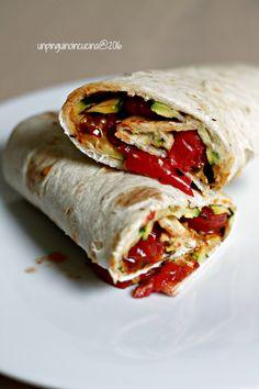 Hummus, Zucchini and Caramelized Tomato Wrap - Wrap con hummus, zucchine grigliate e pomodorini caramellati | Un Pinguino in cucina