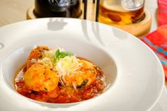 Tvarohové guľky so špenátom v paradajkovo-fazuľovom ragú