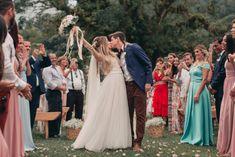 Casamento rústico ao ar livre Perfect Bride, Bridesmaid Dresses, Wedding Dresses, Wedding Pics, Wedding Ideas, Poses, Plein Air, Marry Me, Big Day