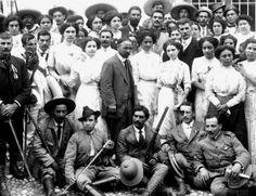Francisco I. Madero acompañado de su esposa Sarita y un grupo de jóvenes revolucionarios.