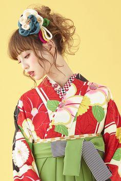 レトロ柄 袴 クリーム色/グリーン色(緑色) 商品画像2 Japanese Outfits, Japanese Fashion, Japanese Kimono, Japanese Girl, Wedding Kimono, Hair Arrange, Cool Anime Girl, Japanese Hairstyle, Yukata
