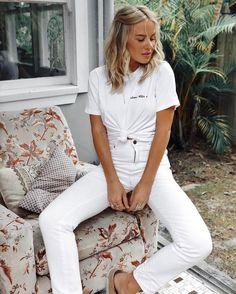 calça branca e camsieta branca