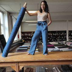 Bonjour! Il nous reste 25m de ce superbe tissu bleu couleur jean en lin et coton avec une rayure vert fluo. Nous pouvons fabriquer seulement 10 pantalons Sam fluides dans ce tissu. ils seront fabriqués dans notre atelier des Hauts-de-France. Les pré-commandes sont ouvertes sur le site ! Livraison courant juin. Le pantalon qui ne vous lâchera pas de l'été! #pantalon #précommande #pantalonlin #pantalonete #tissulin #creationlilmitee #fabriquéenfrance 🇫🇷 {Lien du produit dans profile}