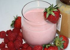 Skip the bread and enjoy a classic flavor in a healthy smoothie! Peanut butter and jam sandwiches are a favorite around the globe so why not make it a fun smoothie with added antioxidants? Pb And J Smoothie, Strawberry Smoothie, Juice Smoothie, Smoothie Drinks, Smoothie Recipes, Vegan Smoothies, Breakfast Smoothies, Natural Peanut Butter, Creamy Peanut Butter