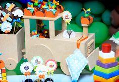 Pipas e brinquedos alegram a mesa do bolo             Carrinho de rolimã     Os suportes para as trufas relembram a brincadeira de rua...