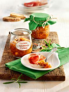 Herbstliches Chutney aus Quitten, Äpfeln und Rosmarin - schmeckt köstlich zu aromatischem Käse und Geflügel.