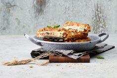 Aus fleischigen Tomaten lässt sich im Nu ein feines Tomaten Cordon bleu zaubern. V60 Coffee, Coffee Maker, Kitchen Appliances, Vegetables, Food, Leafy Salad, Tomatoes, Food Portions, Food Food