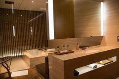 Cabana mit Waschtisch in der Cathay Pacific First Class Lounge Hongkon. #firstclass #lounge #review #hongkong #cathaypacific #design #interiordesign #bathroom #bathroomideas