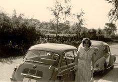Der BMW 600 ist aus der BMW Isetta entwickelt worden. Auch bei der sog. 'großen Isetta' steigt man vorne durch eine Fronttür ein. Und hinten gibt es nur eine Seitentür für die Fond-Passagiere. Ein eigenwilliges Ding.  Helga mit feschem Kragen und unserem 600er. Ein wunderbarer Sommersonntagnachmittag.  Flohmarktfund