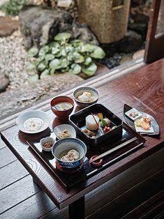 한베이후의 정식. 밀가루에서 추출한 글루텐으로 만들었다. © 김재욱 Japanese Dishes, Japanese Food, Chinese Food, Bone Apple Tea, Zen Interiors, Korean Food, Food Plating, Food Presentation, Food Design