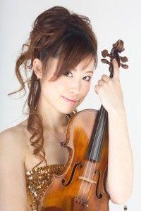 バイオリン:武内いづみ バイオリン:武内いづみ 武蔵野音楽大学在学中、第3回万里の長城杯国際音楽コンクール弦楽器部門第2位入賞。 現在、オーケストラや室内楽などの演奏はもとより、熊川哲也率いるKバレエシアターオーケストラのバイオリン奏者、 『ニュートロルス(イタリア)』『カラバオ(タイ)』等のサポートを行う他、テレビやラジオに多数出演している。 ストリングス・ユニット「rush!」のメンバーとして過去に3枚のCDリリース。 2007年全曲アベマリアのクラシックCD『ヒーリングアヴェマリア』リリース。