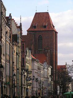 zachodni kraniec katedry toruńskiej; plan bazyliki z jednowieżową fasadą ponoć jest kontynuacją pierwotnego założenia z XIII w.