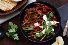 Grüne Bohnen mit Tomaten, Joghurt und Pita-Brot | Marley Spoon