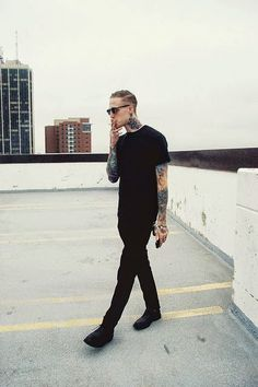 The latest men's fashion including the best basics, classics, stylish eveningwear and casual street style looks. Outfits Casual, Mode Outfits, Graphic Design Tattoos, Outfits Hombre, Look Man, All Black Outfit, Black Outfits, Mode Style, Style Men