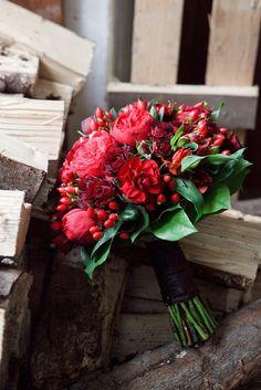 Brautstrauß in Biedermeierform: Rosen und Beeren in Rot