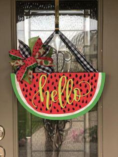 Watermelon Door Hanger for Spring and Summer - Watermelon Summer Door Hanger Informationen zu Watermelon Door Hanger for Spring and Summer Pin Sie - Front Door Signs, Front Door Decor, Summer Door Decorations, Watermelon Crafts, Burlap Door Hangers, Wood Cutouts, Painted Doors, Wooden Doors, Diy Door