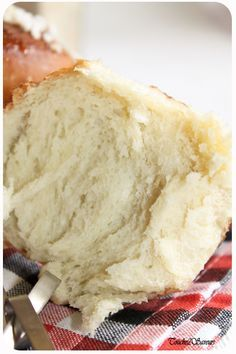 Brioche très légère au fromage blanc. Ratage complet. Compacte. N'a pas monté. Pourtant je fais mon pain à la main et il est réussi...mauvaise recette. ---