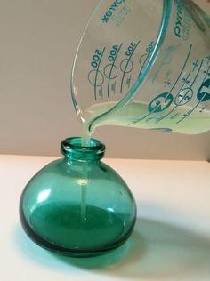 versez le liquide dans le vase
