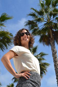 Camiseta en algodón orgánico diseñada y fabricada en Barcelona, algodón turco con certificación GOTS. Corte femenino y casual. Barcelona, Organic Cotton T Shirts, How To Make, Cotton T Shirts, Short Skirts, Girly, Haircuts, Barcelona Spain