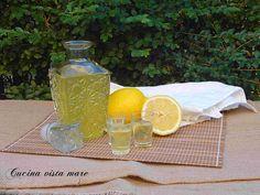Il limoncello è un liquore dolce che si ottiene facendo macerare le scorze di limone nell'alcool: ottimo digestivo a fine pranzo o cena, servito ben freddo.