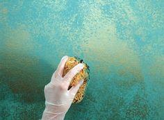 dekorative schwammtechnik wand blau metall farbe
