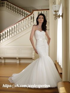 [ #свадебные_традиции@wedexpertnn | #wedexpertnn | Неделя Франции]  Образ невесты нужно продумать до мелочей, потому заняться этим стоит заранее. Платье стоит выбрать во французском изысканном стиле: облегающее или многослойное, с глубоким декольте или же с расклешенными рукавами. Образ же жениха на французской свадьбе может не отходить от европейских стандартов, то есть можно просто надеть классический костюм. К нему идеально подойдет шляпа или же трость.  Макияж невесты должен быть…