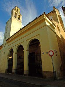 Córdoba, Iglesia de Santiago..........se construyó en el solar que ocupaba la Mezquita del Emir Hisam, habiéndose alargado su construcción desde el siglo XIII (año 1260) hasta el siglo XV (año 1499). Fue edificada en estilo gótico y con planta de basílica