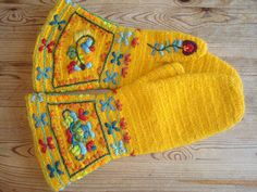 Naalbinded mitts with embroideries, Sweden