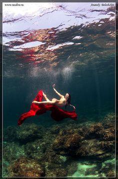 Anatoly Beloshchin est un plongeur, photographe sous-marin et instructeur d'arts martiaux (Wing Chun). Pour ce projet il a fallu trouver des mannequins à l'aise sous l'eau et des lieux adaptés au projet.