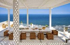 Almuerzo en el porche frente al mar.